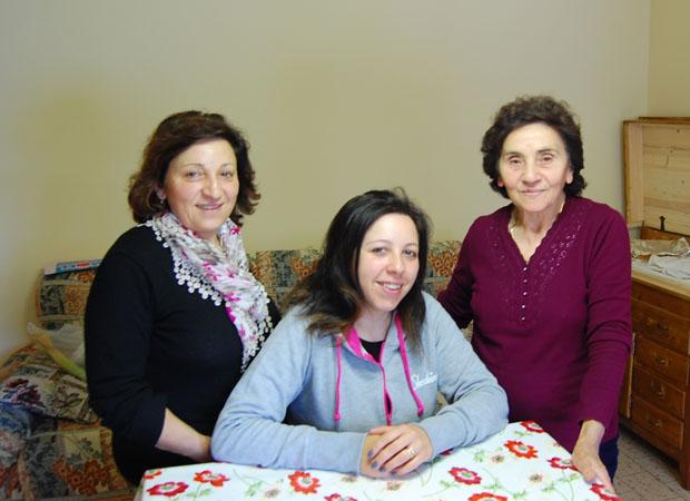 Irma Cadieracci, a destra, insieme alla figlia e alla nipote