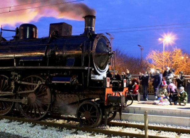 Il treno a vapore esposto durante l'ultimo carnevale a Fano
