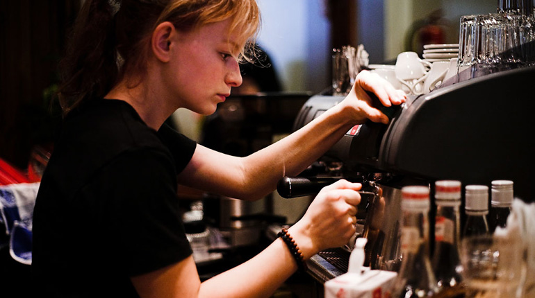 """Girl Making Espresso"" by Petteri Sulonen licenza CC BY 2.0 da Flickr"
