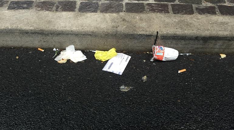 Cartacce e cicche sull'asfalto a Santa Lucia