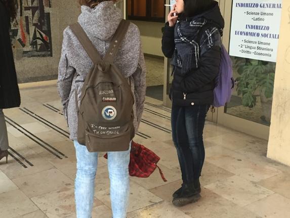 Ragazze che fumano all'entrata del liceo socio-psico pedagogico Baldi