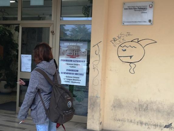 Ragazza che fuma all'entrata del liceo socio-psico pedagogico Baldi