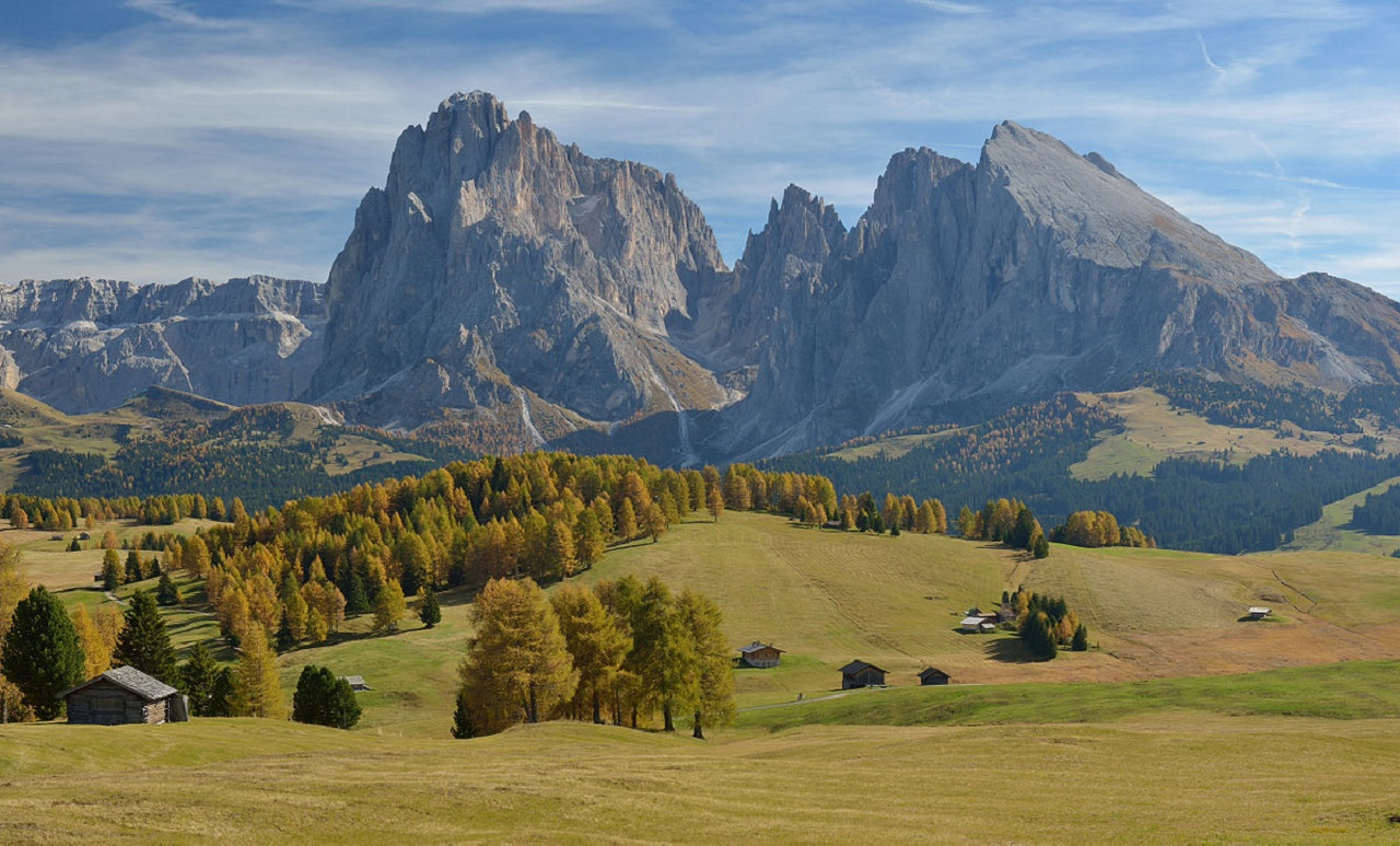1200px-Autumn_on_the_meadows_of_Seiser_Alm_with_Saslong1