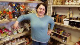 Giulia Brandi nel suo negozio di Fermignano
