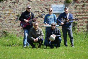 Gli Ukko Boys oggi. Da sinistra: Alessandro Cioppi, Peppe Di Nino, Fabrizio Nardini (in piedi), Duccio Marchi e Lele Terenzi (in ginocchio)