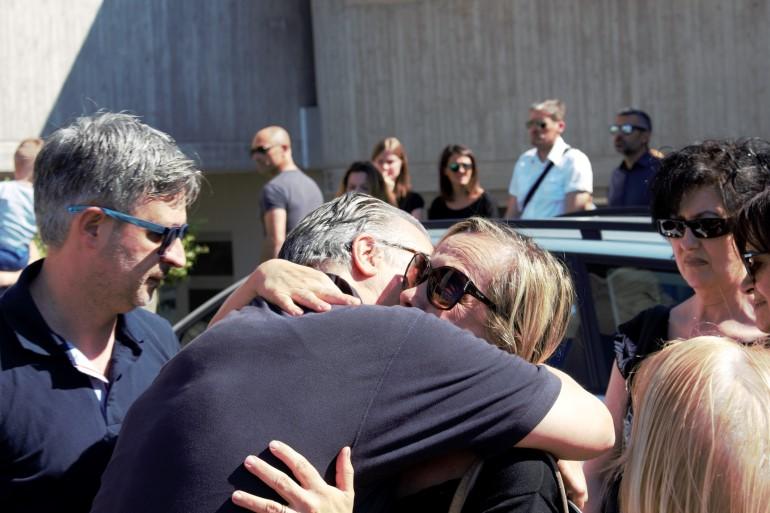 Il nonno di Francesco, Maurizio Olivieri, abbraccia e ringrazia chi è venuto al funerale