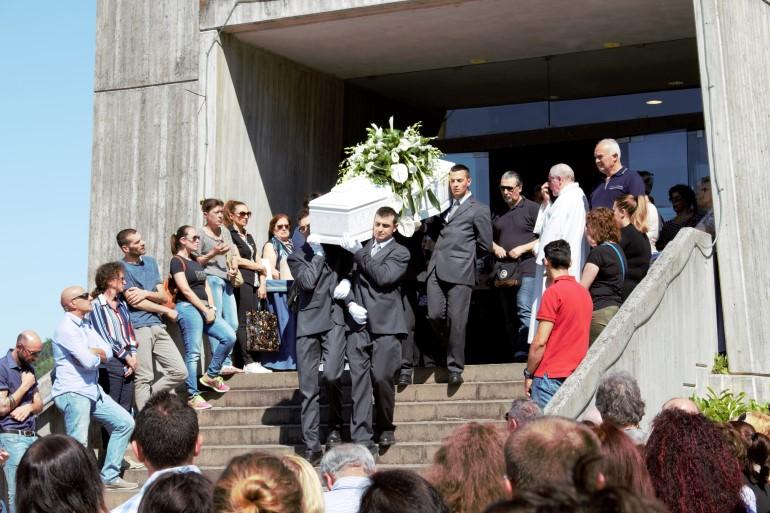 La bara del piccolo Francesco esce dalla chiesa