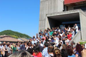 La folla all'uscita della chiesa di san Pier Damiani di Cagli