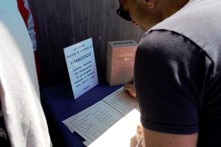 Il registro con le firme all'entrata della chiesa