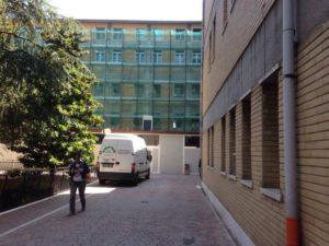 Le impalcature all'esterno dell'ospedale di Urbino