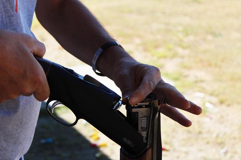 Tiratore carica l'arma