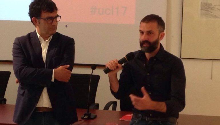 """Il direttore artistico del festival Alessio Torino (a destra col microfono) e il vicesindaco Roberto Cioppi all'inaugurazione di """"Urbino e le città del libro 2017"""""""
