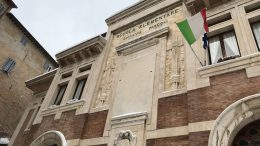 La facciata della scuola elementare e media Giovanni Pascoli