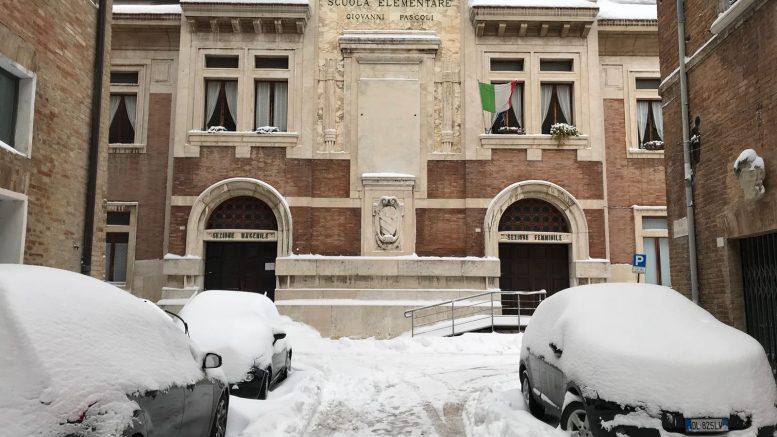 L'ingresso della scuola elementare e media Giovanni Pascoli