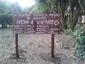 Il cartello all'ingresso dell'Asilo nel bosco di Ostia