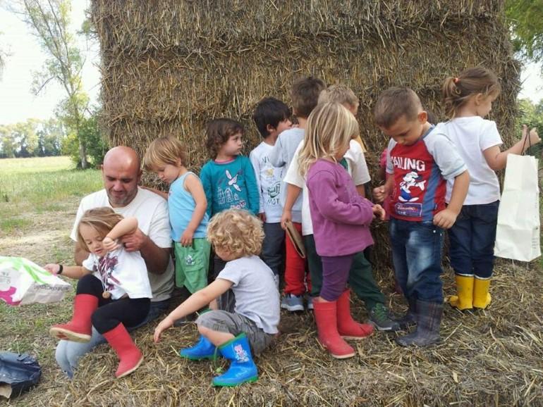 Il maestro Paolo Mai insieme ai bambini dell'Asilo nel bosco