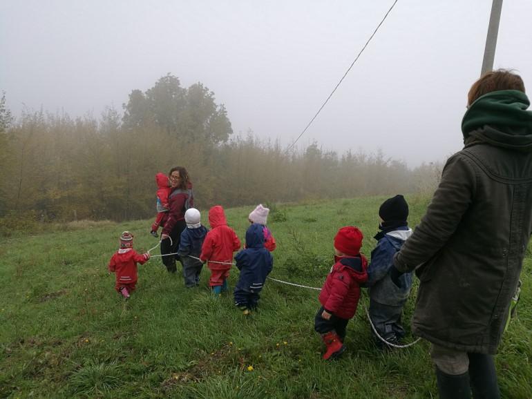 I bambini durante una passeggiata nel bosco
