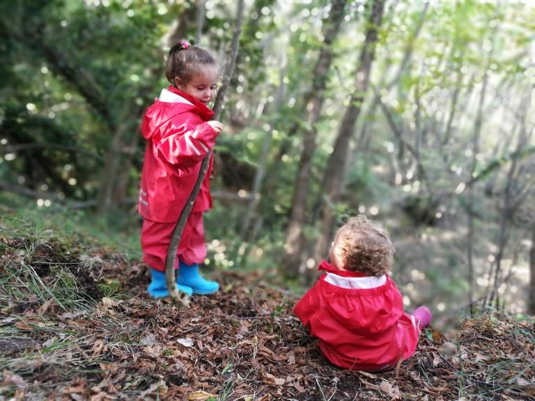 I bambini giocano nel bosco delle Cesane